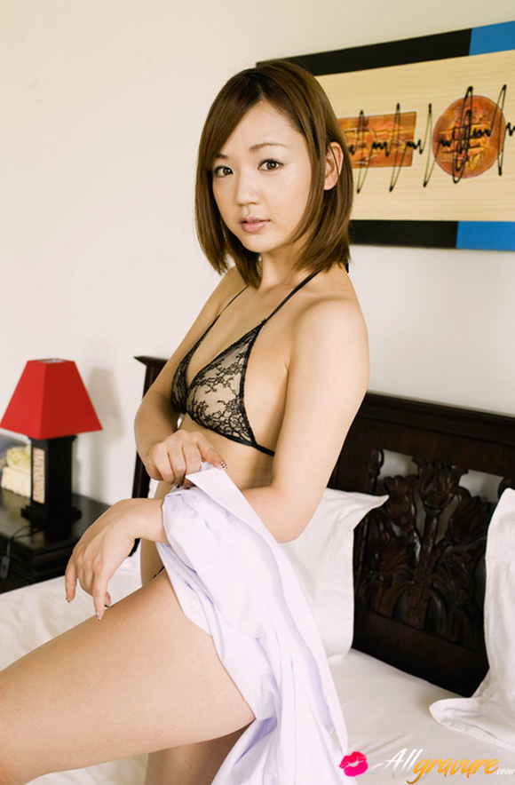 asami-tani-naked-asian-gravure-model