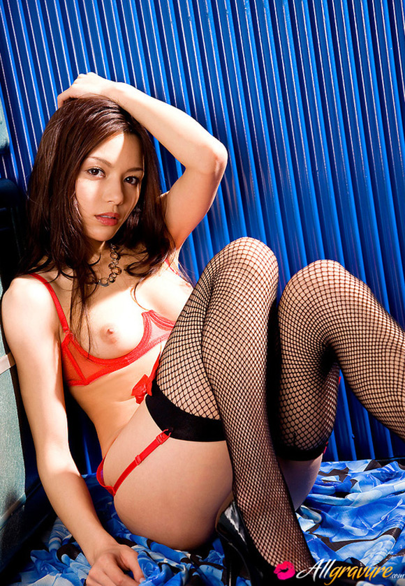 rio-naked-asian-gravure-model